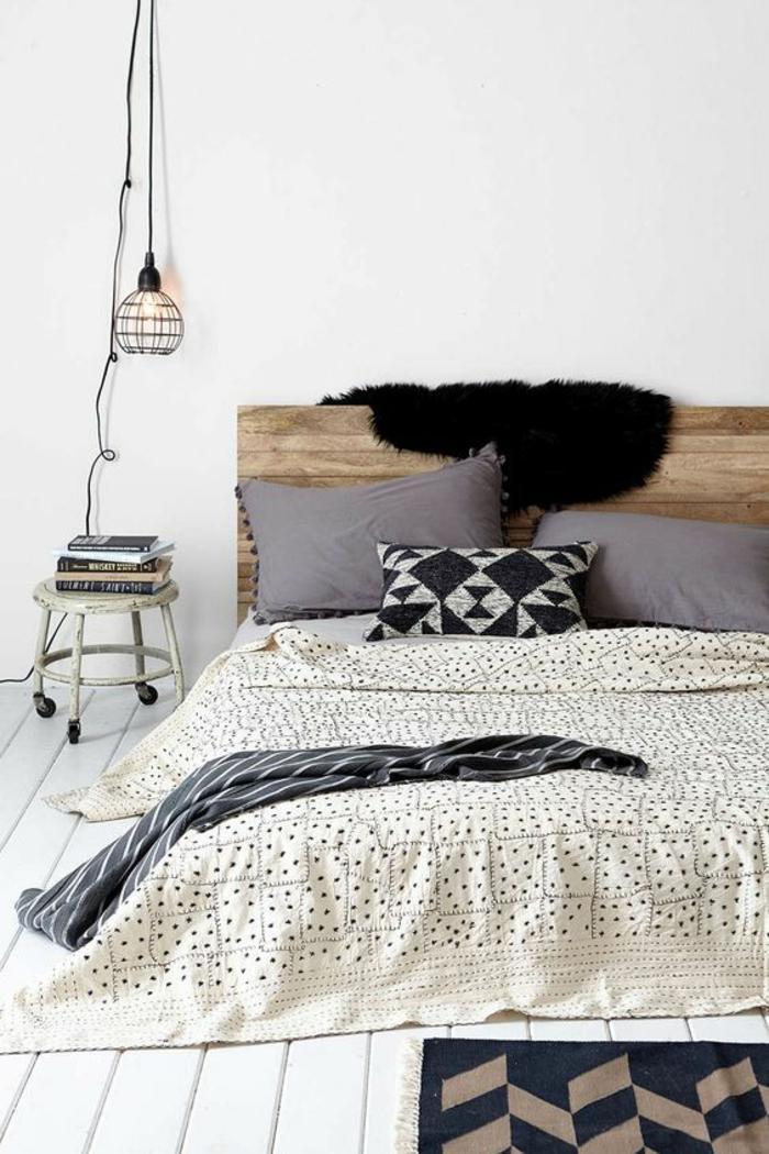 une lampe cage baladeuse et table de chevet industrielle, tête de lit en bois récup