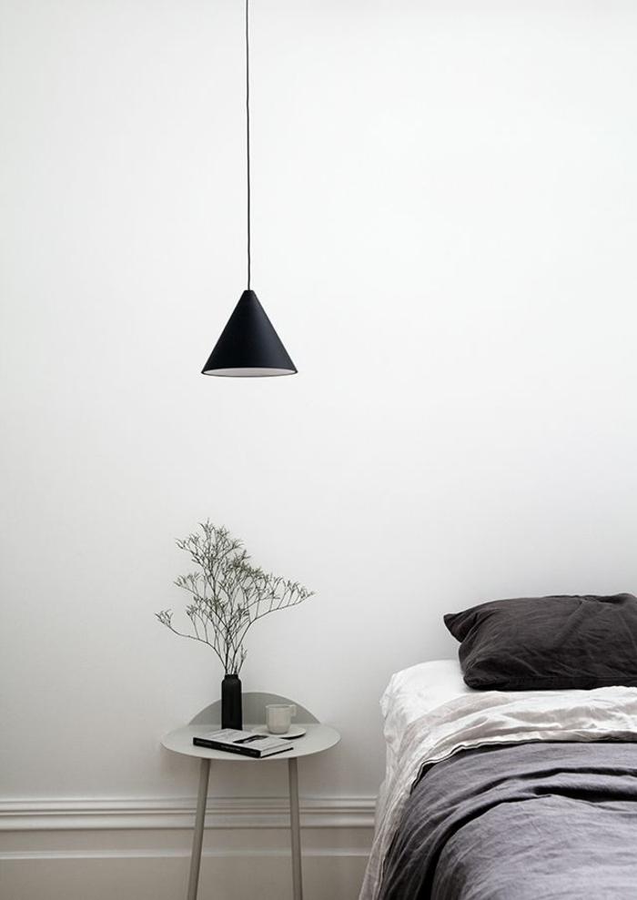 une chambre à coucher monochrome au décor minimaliste, une suspension chevet minimaliste en forme conique