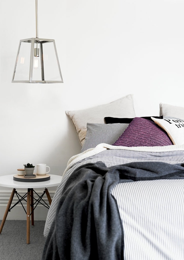 une suspension chevet géométrique argenté qui s'inscrit dans le design épuré de la chambre à coucher