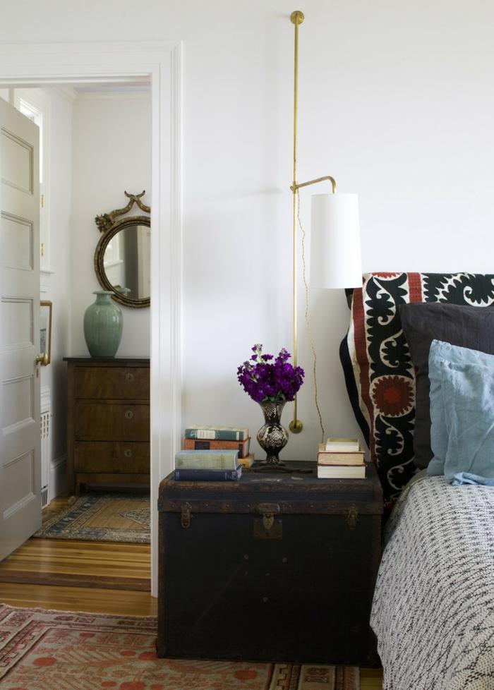 chambre à coucher à intérieur vintage, table de chevet coffre et suspension chevet fixée au mur