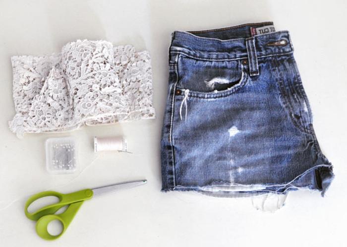bande de dentelle blanche, shorts en jean, ciseaux, épingles et fil blanc, idée deco dentelle pour customiser ses vetements