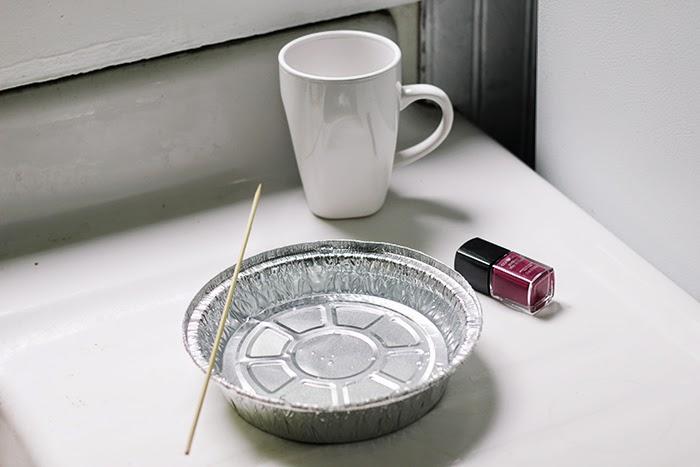 fabriquer un mug personnalisé, de l'eau, un bol et vernis à ongles, idée comment fabriquer un cadeau fete des peres