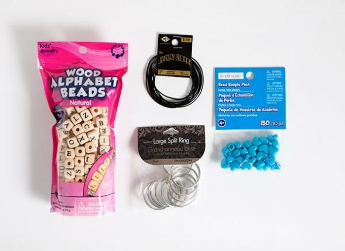 cadeau f6ete des pères à fabriquer soi meme, matériaux nécessaires pour faire un porte clef fete des peres, perles alphabet, anneau, cordon en cuir et perles décoratifs