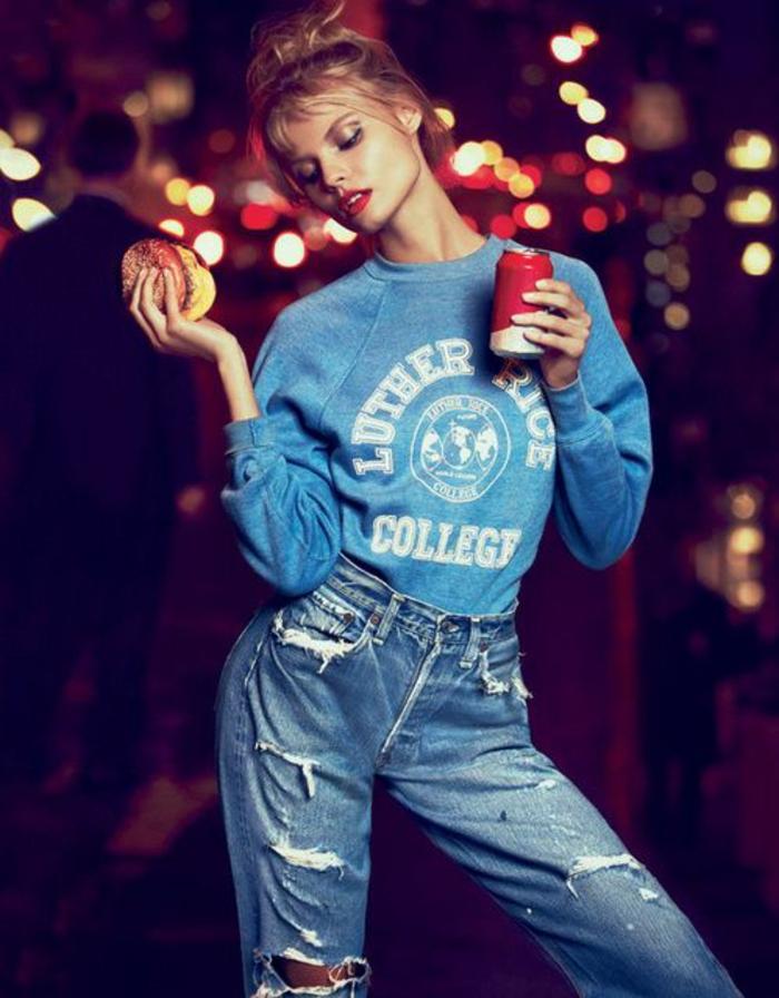 mode des annees 80 style jeans déchirés blouson bleu avec inscription en blanc