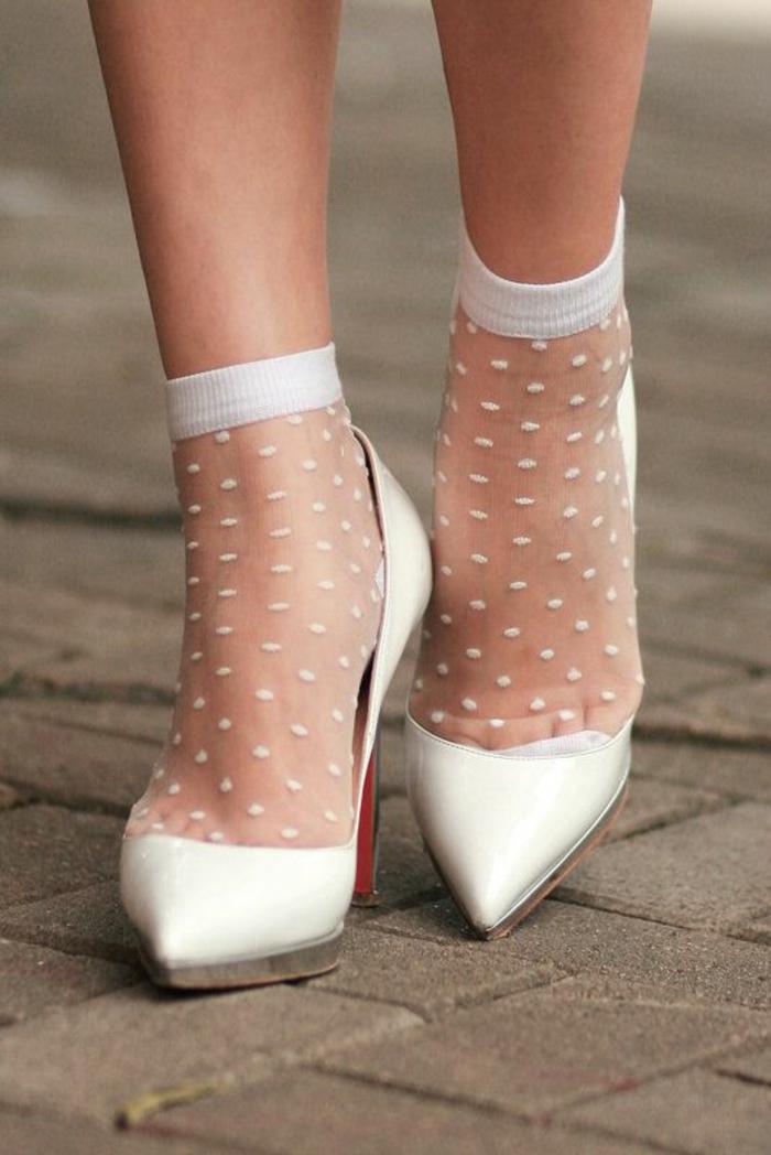 mode annee 80 chaussettes blanches à plumetis chaussures blanches à bout pointu talon aiguilles
