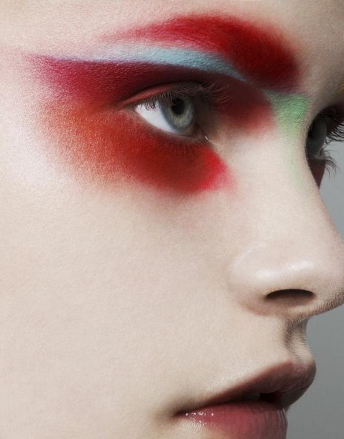 look des années 80 maquillage des yeux en rouge, bleu et vert pastel effet de choc