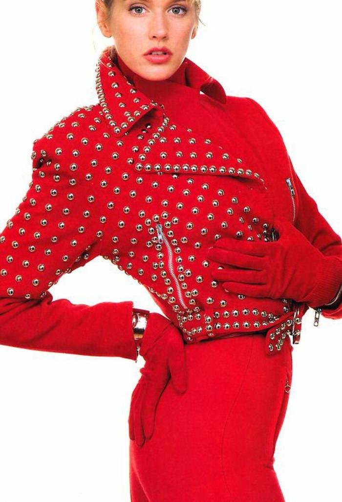 look des annees 80 veste type rockeuse avec plein d'elements en métal couleur rouge