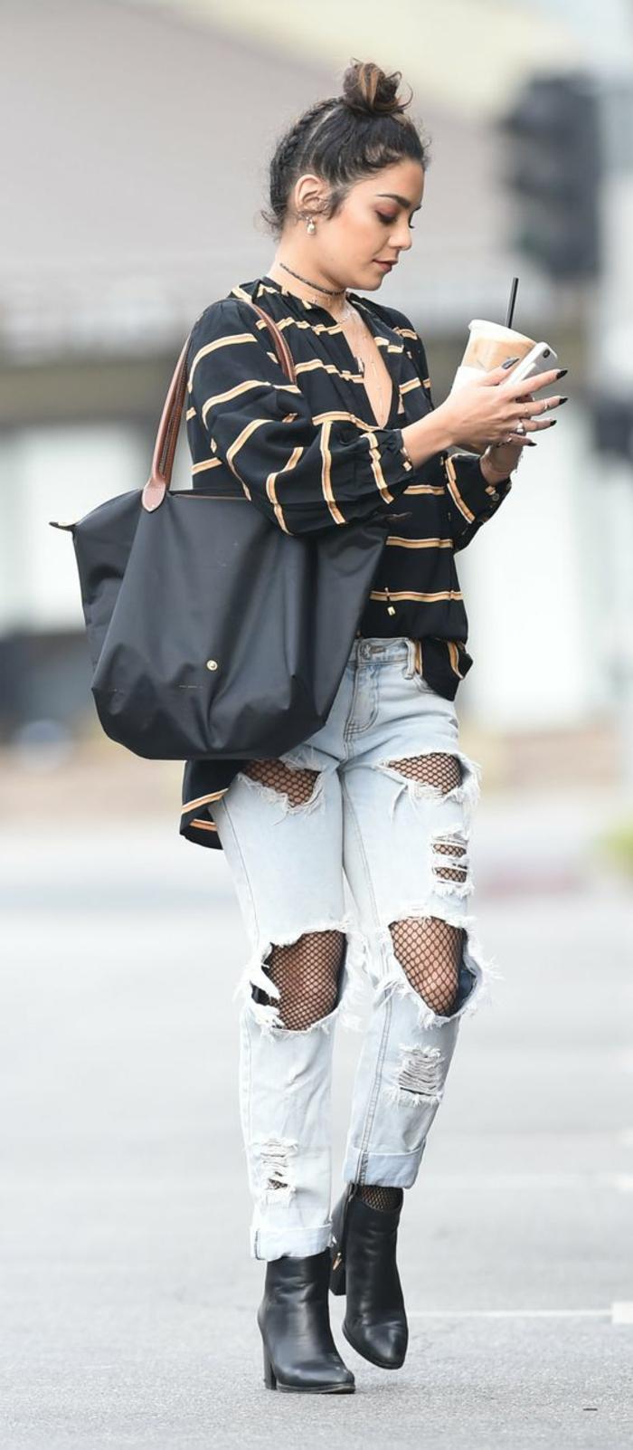 mode 80 jeans déchirés avec grand sac noir aux rayures beiges et bottines hauts talons noires