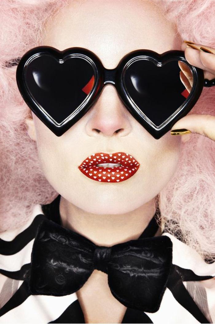 mode annee 80 grandes lunettes en forme de coeur et lèvres dans le gout de la pop culture