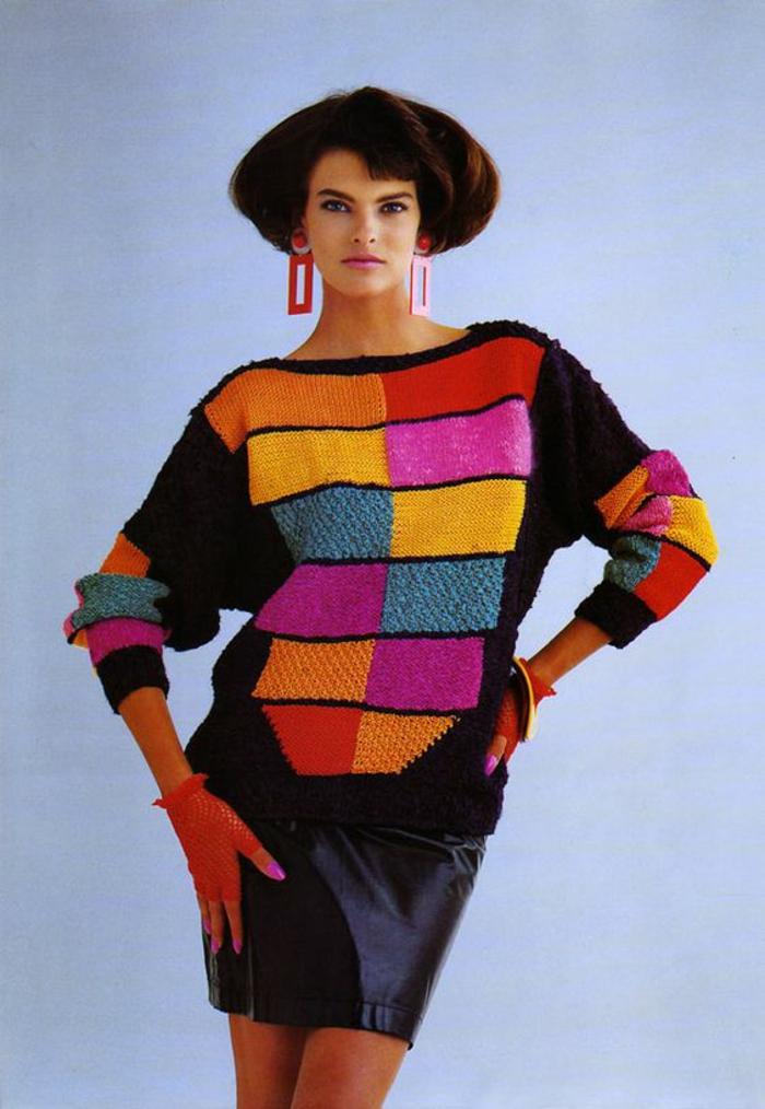 année 80 mode 80 pull large aux manches type chauve-souris et mini jupe en simili cuir noir