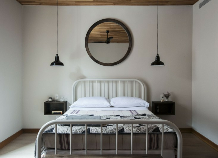une chambre à coucher au style scandinave, table de chevet flottante et luminaire industriel