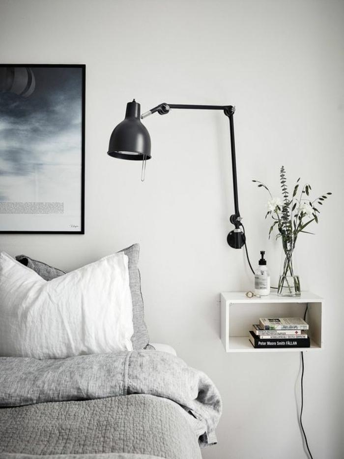 déco fonctionnelle et minimaliste autour du lit, une applique suspendue avec bras, un luminaire industrielle réglable