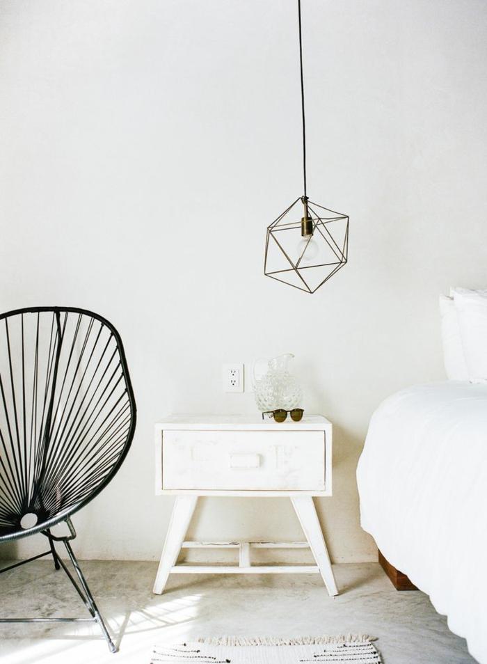 un luminaire suspension au design moderne, structure métallique géométrique dorée et ampoule nue