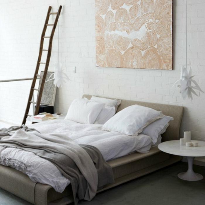 une suspension luminaire au design inattendu qui rappelle une fleure, chambre à coucher moderne au mur en briques