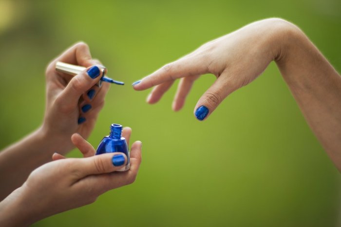 comment avoir de beaux ongles, application de vernis, manucure bleu foncé, comment faire une manucure