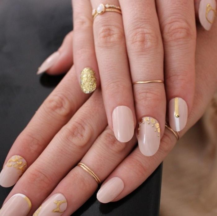 comment avoir de beaux ongles, manucure nude, ongles longs, décoration ongle brillante, bague en or
