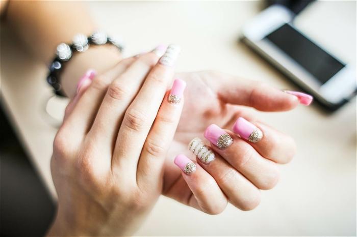 comment avoir de beaux ongles, bracelet noir, ongles longs, vernis à ongles rose, décoration brillante sur les ongles