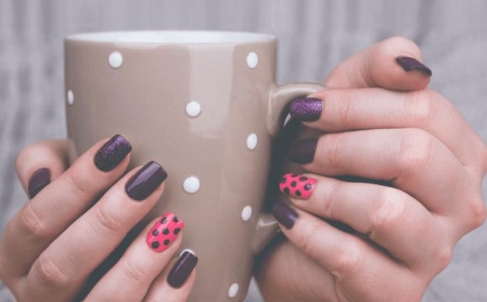 comment faire une manucure, manucure maison, vernis violet, tasse de café, décoration sur l'annulaire