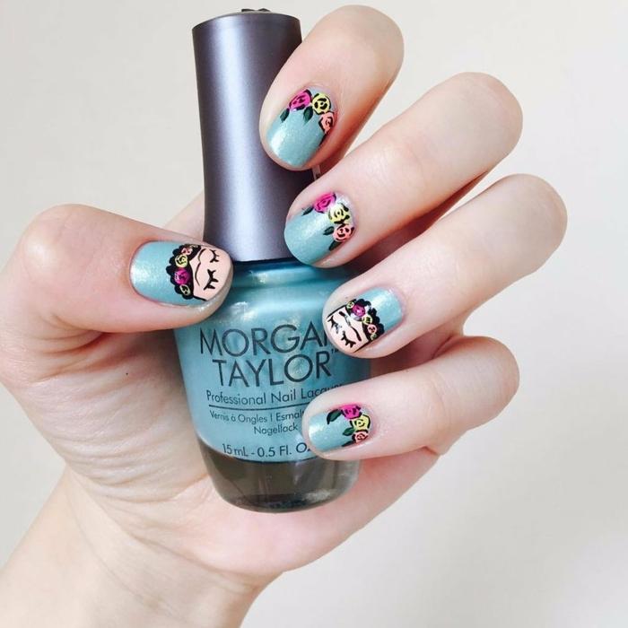 comment avoir de beaux ongles, réaliser une manucure avec dessins, nail art avec pinceau, vernis bleu