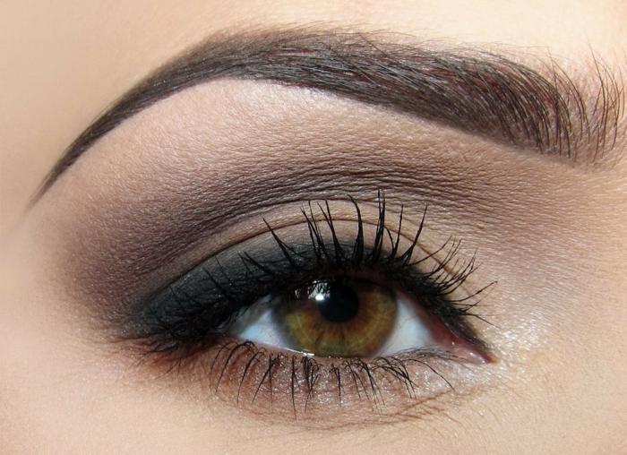 maquillage smoky, mascara noir, fard à paupières, tuto maquillage yeux marrons, crayon pour les yeux noir
