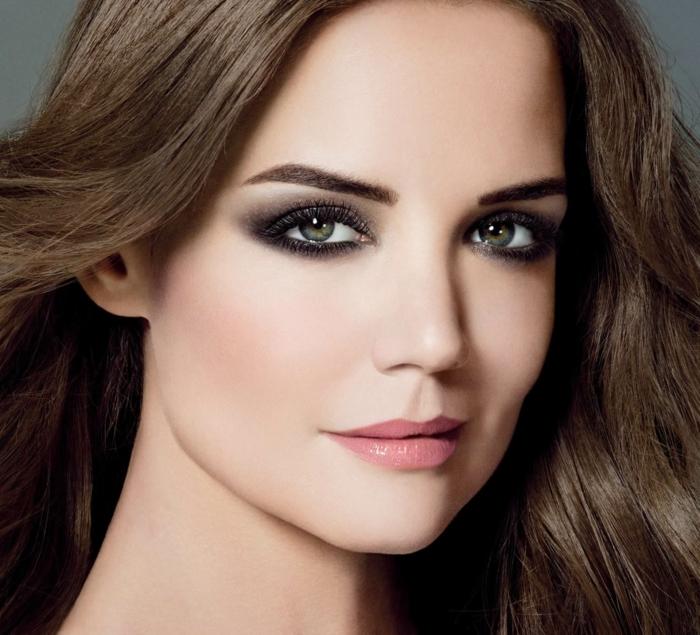 maquillage smoky, cheveux brunes, lèvres rose, mascara noir, eye-liner noir, fond de teint, yeux verts