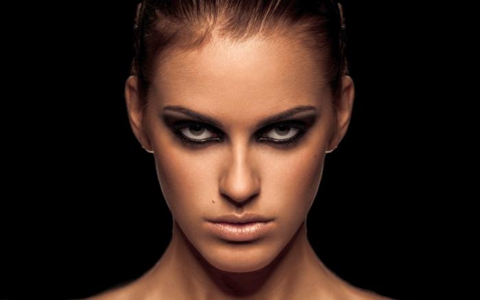 maquillage de tous les jours, smoky eyes facile, mascara noir, crayon pour les yeux noir, lèvres nude