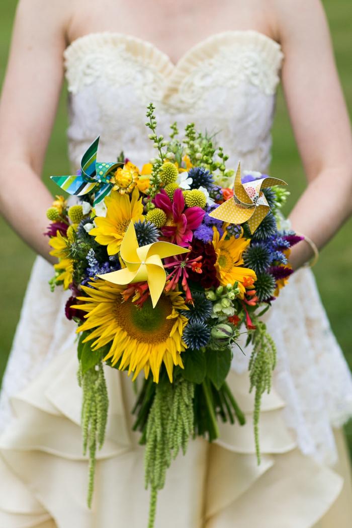 joli bouquet de mariée décoré avec des moulins à vents, mariage sur thème moulin à vent papier