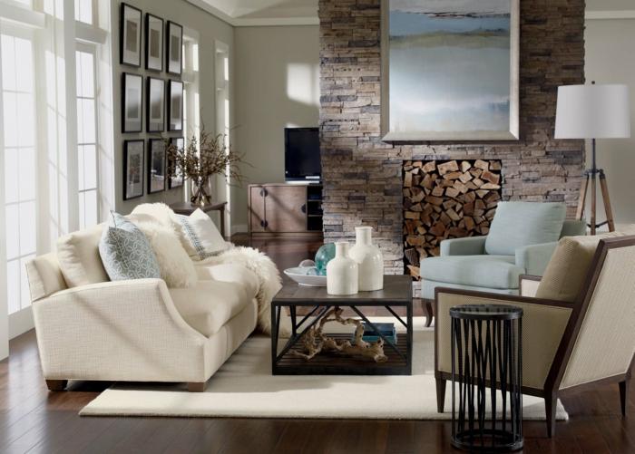 deco campagne chic et rustique, parquet marron, canapé blanc, table basse en bois, cheminée en pierre, fauteuil gris et bleu, tapis blanc