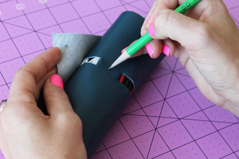 marquer l emplacement des boutons pression à l aide d un crayon, cadeau fête des pères à fabriquer, un porte cable en cuir diy