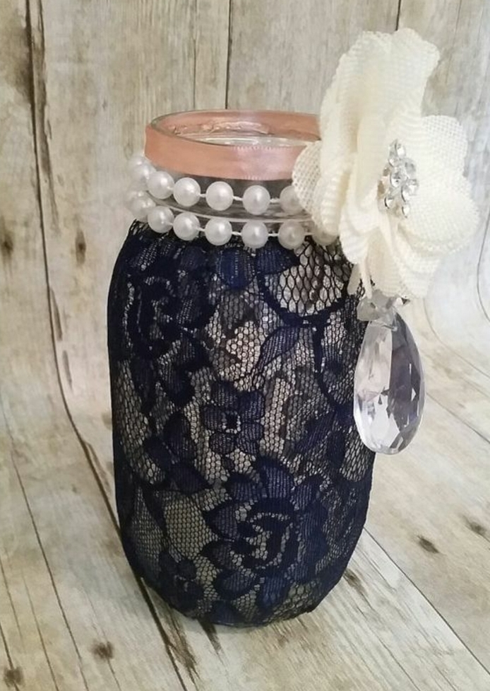 idée décoration mariage, bocal en verre customisé de dentelle bleu marin, pierres precieuse, perles et fleur en tissu