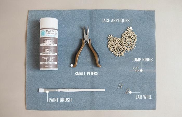 liste des matériaux nécessaires pour fabriquer une boucle d oreille diy, pinceau, crochets, anneaux brisés, pince, appliques en dentelle, deco dentelle, durcisseur tissu