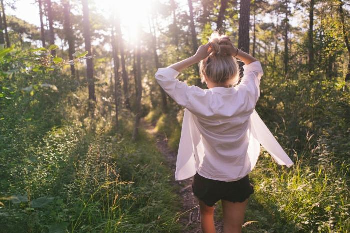 balayage blond, promenade en nature, fille blonde, shorts noirs, chemise blanche, couleur blonde