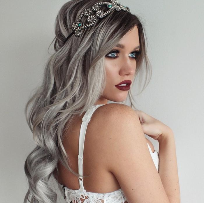 coloration cheveux gris cendré, meche femme, nuance de gris, yeux bleus, rouge à lèvres bordeaux