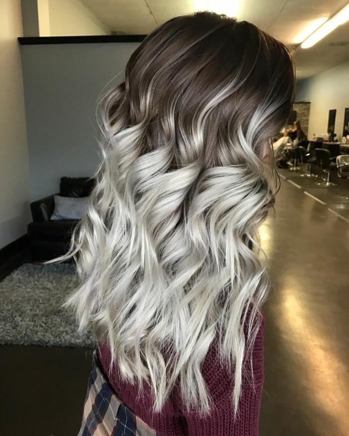 teinture grise, racines foncées, meche femme, cheveux longs bouclés, pull en crochet bordeaux, jupe carrée