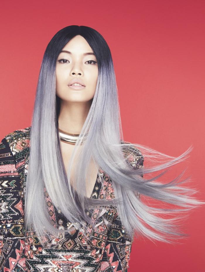 coloration cheveux gris cendré, fond rouge, cheveux longs, ombré, rouge à lèvre matte nude, racines foncées