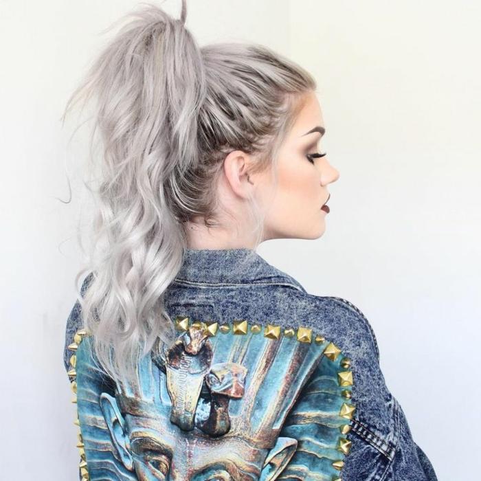 coloration cheveux gris cendré, veste en denim, cheveux gris avec racines foncées, rouge à lèvres bordeaux