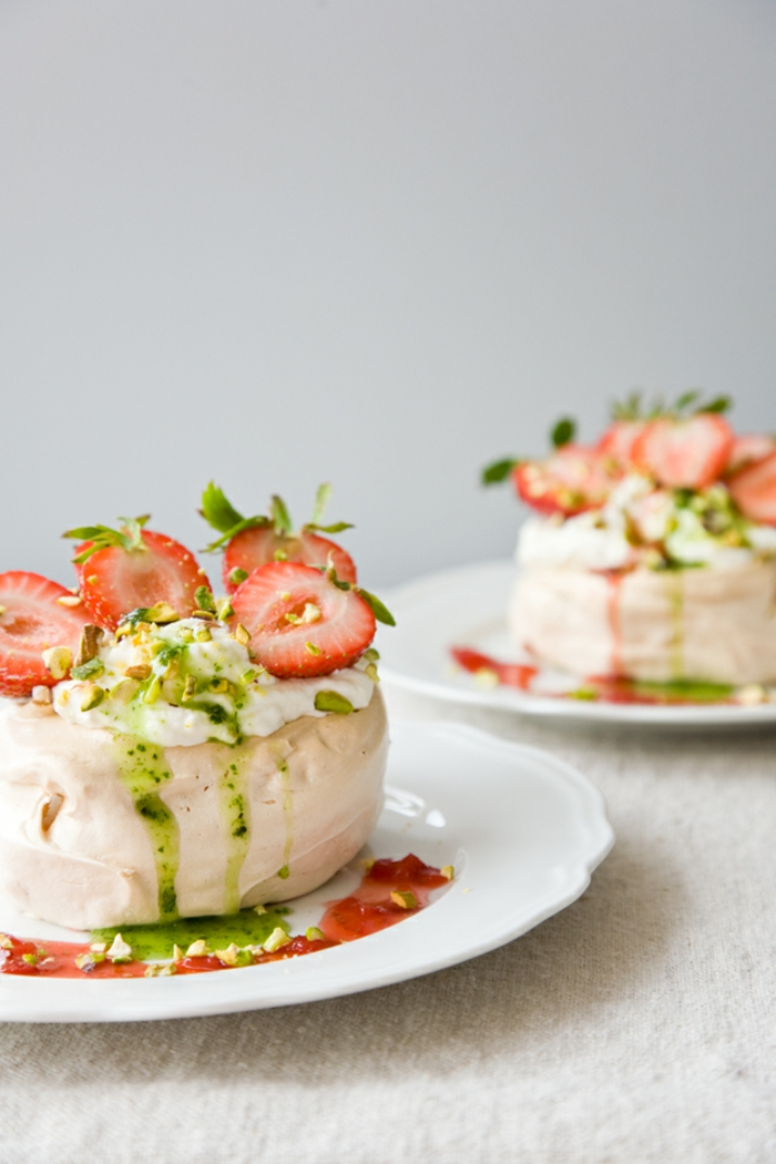 recette de pavlova miniature au basilic et aux fraises, petit gâteau original