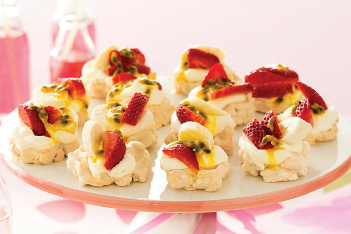 un dessert australien classique de mini-pavlova aux fruits de la passion, fraises et banane