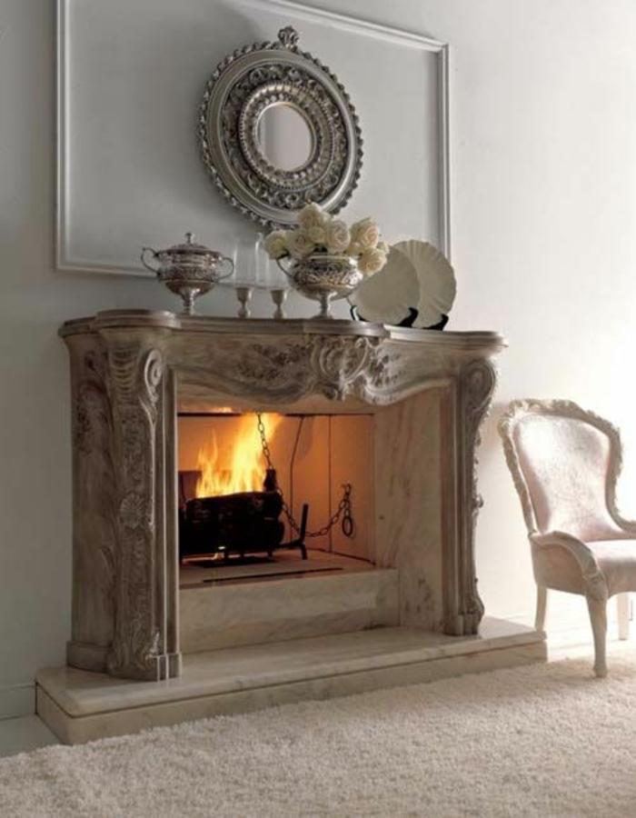 miroir de sorciere dans le style de la Renaissance francaise au dessus d'une cheminée rustique ambiance classique