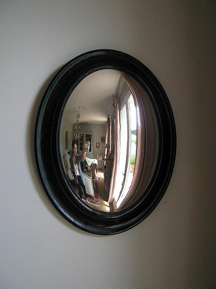 miroir vintage au cadre noir et en forme ovale effet du verre vieilli convexe