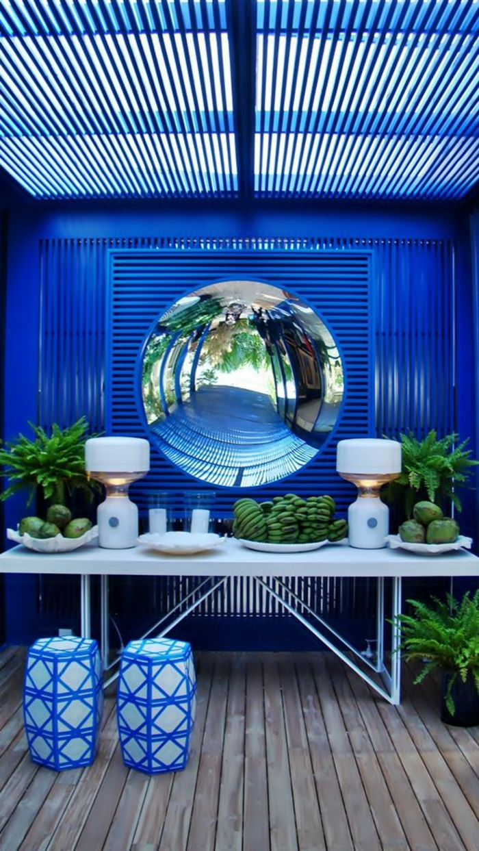 oeil de sorcière rond et grand dans une ambiance intérieur en couleur bleue électrique et blanche