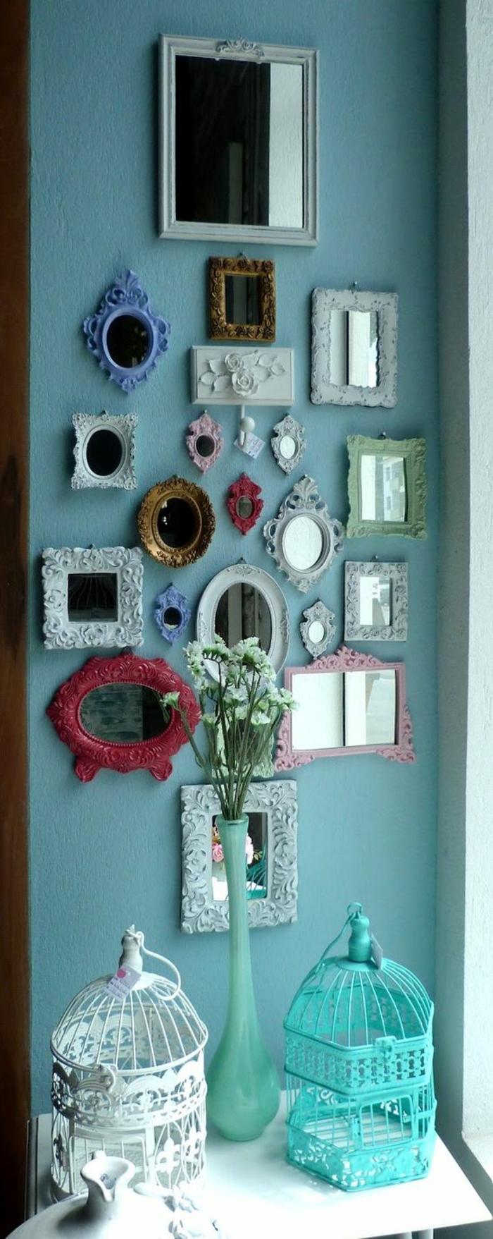 oeil de sorcière formes diverses et cadres de différente couleur sur un mur bleu