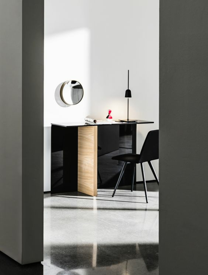 oeil de sorcière petit forme ronde sur un grand mur blanc pour casser la grisaille du bureau à la maison