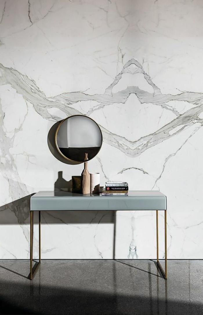 miroir biseauté petit rond miroir oeil de sorcière sur un mur marbre en noir et blanc