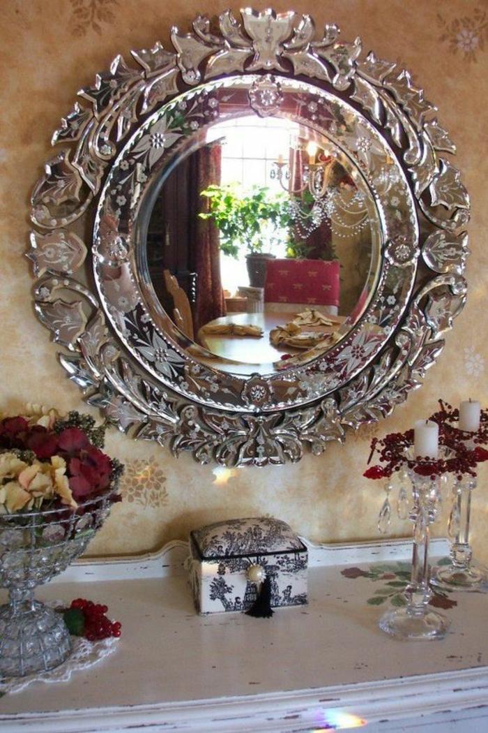 miroir de sorcière ancien en forme de couronne cadre argent vieilli convexe
