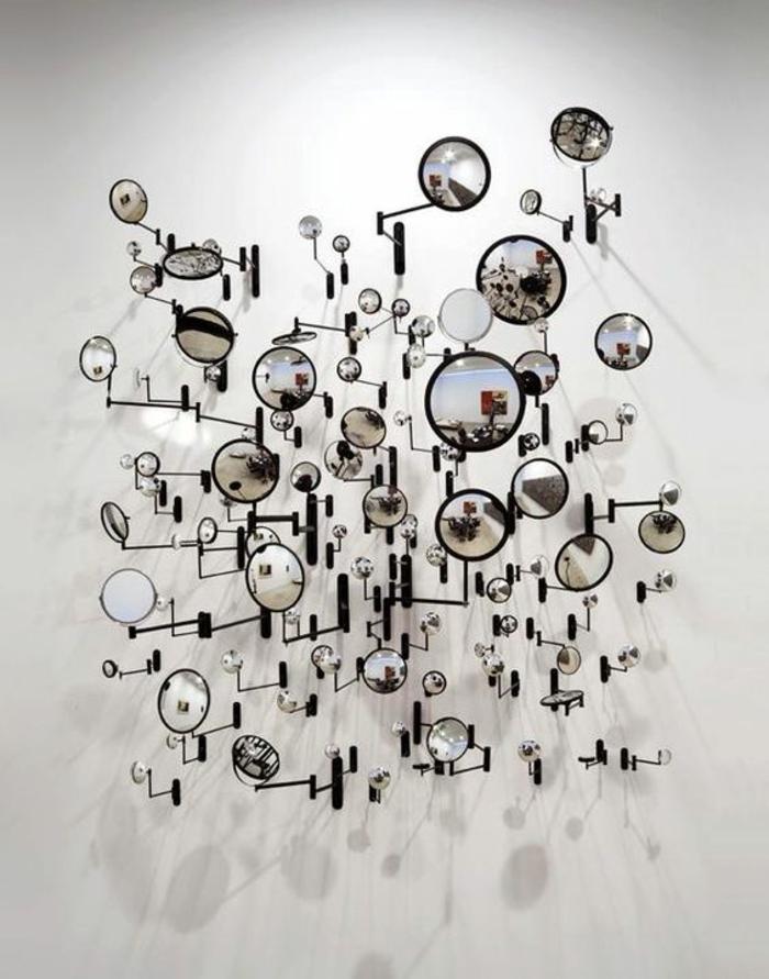 oeil de sorciere installation avec des miroirs de toute taille pour créer une décoration attrayante