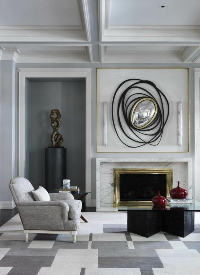 miroir biseauté modernistique au cadre noir spirale abstraite sur une cheminée blanche