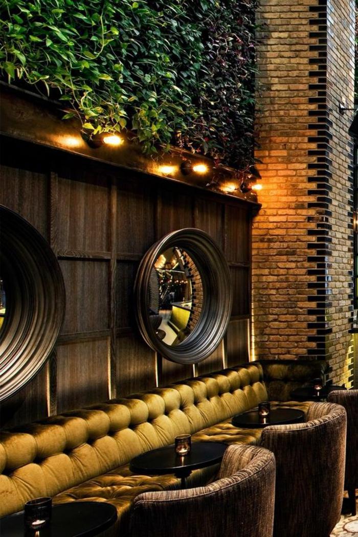 miroir oeil de sorciere dans un local bar apéritif aux meubles en marron