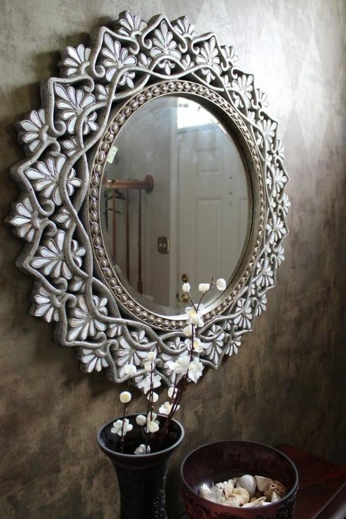 oeil de sorciere dans un style de couronne de fleurs argentée dans l'entrée