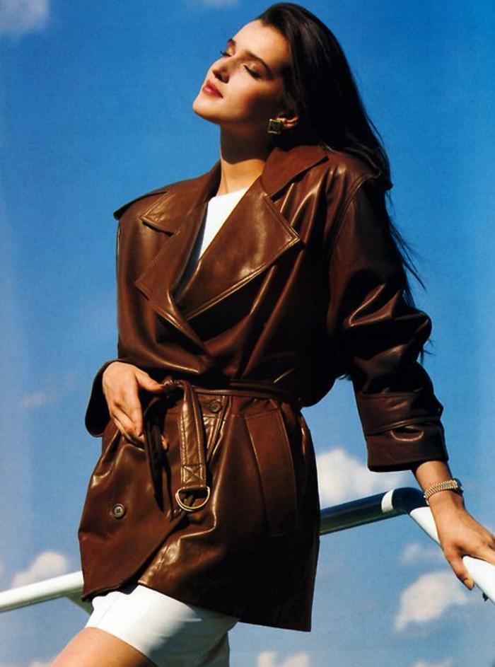 mode année 80 cuir taille grande épaulettes ceinture taille et jupe blanche moulante